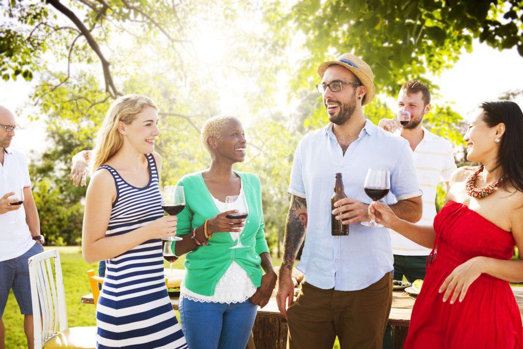 街コンレポート_外国人の複数の男女がお庭でお酒と会話を楽しんでいます