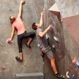 街コンレポート_男性と女性がボルダリングをしています