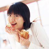 街コンレポート_パンを食べている女性
