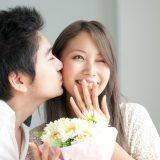 街コンレポート_女性の頬にキスする男性