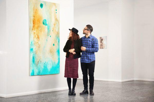 街コンレポート_男性と女性が美術館で作品を眺めています