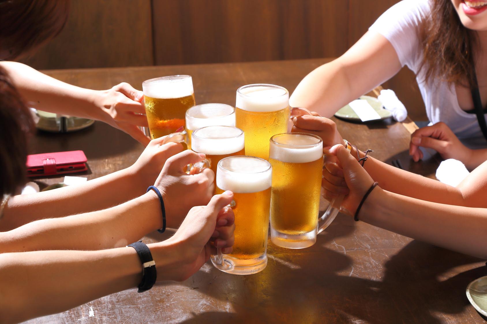 街コンレポート_6人がビールで乾杯しています