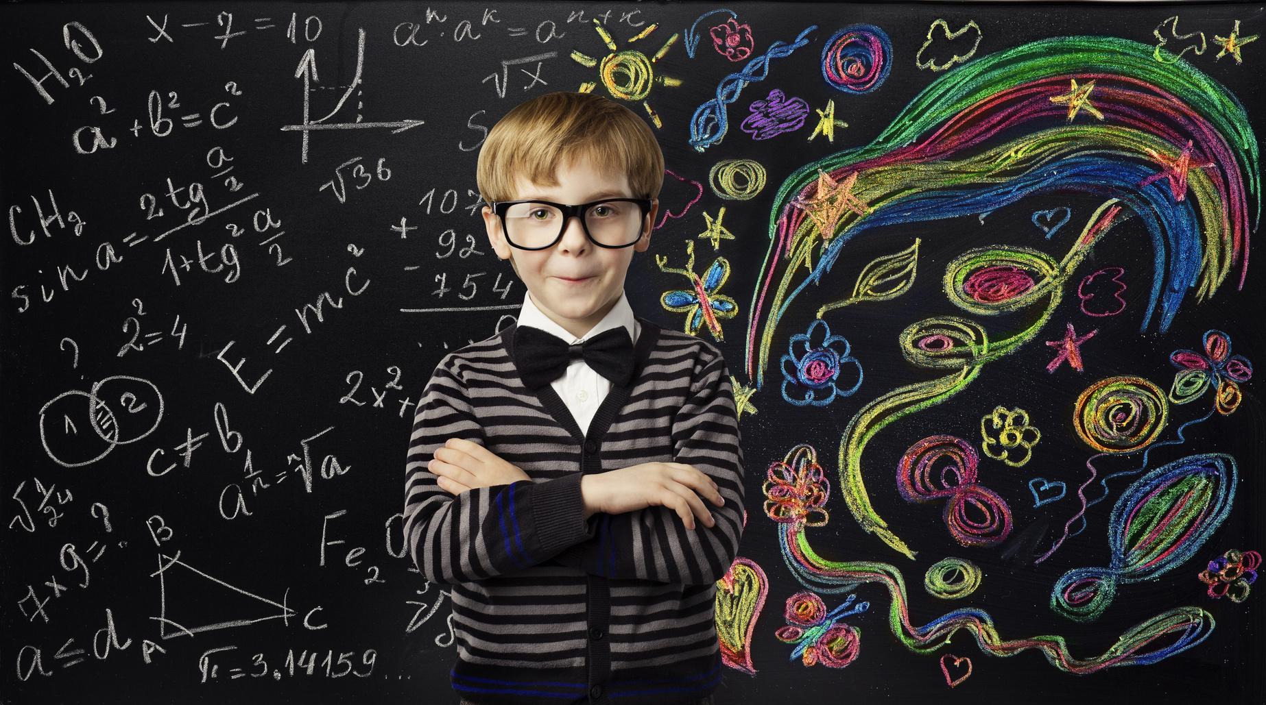 街コンレポート_カラフルな配色で描かれた黒板の前に男の子が腕組みしています