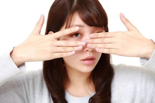 街コンレポート_女性が手で目元を覆っている