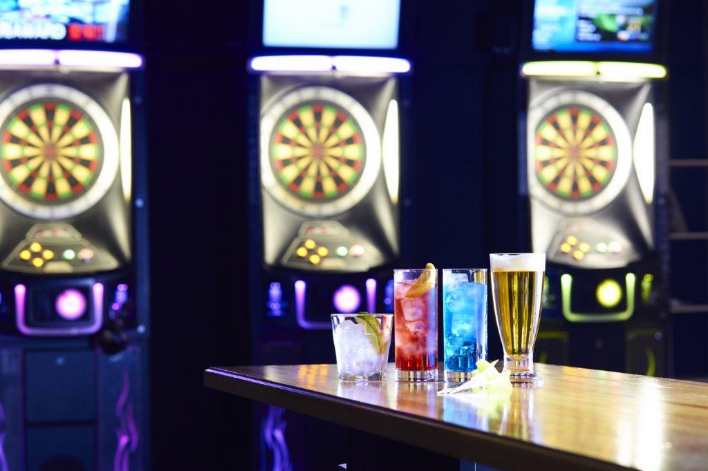 街コンレポート_ダーツバーにカクテルやビールが置いてあります