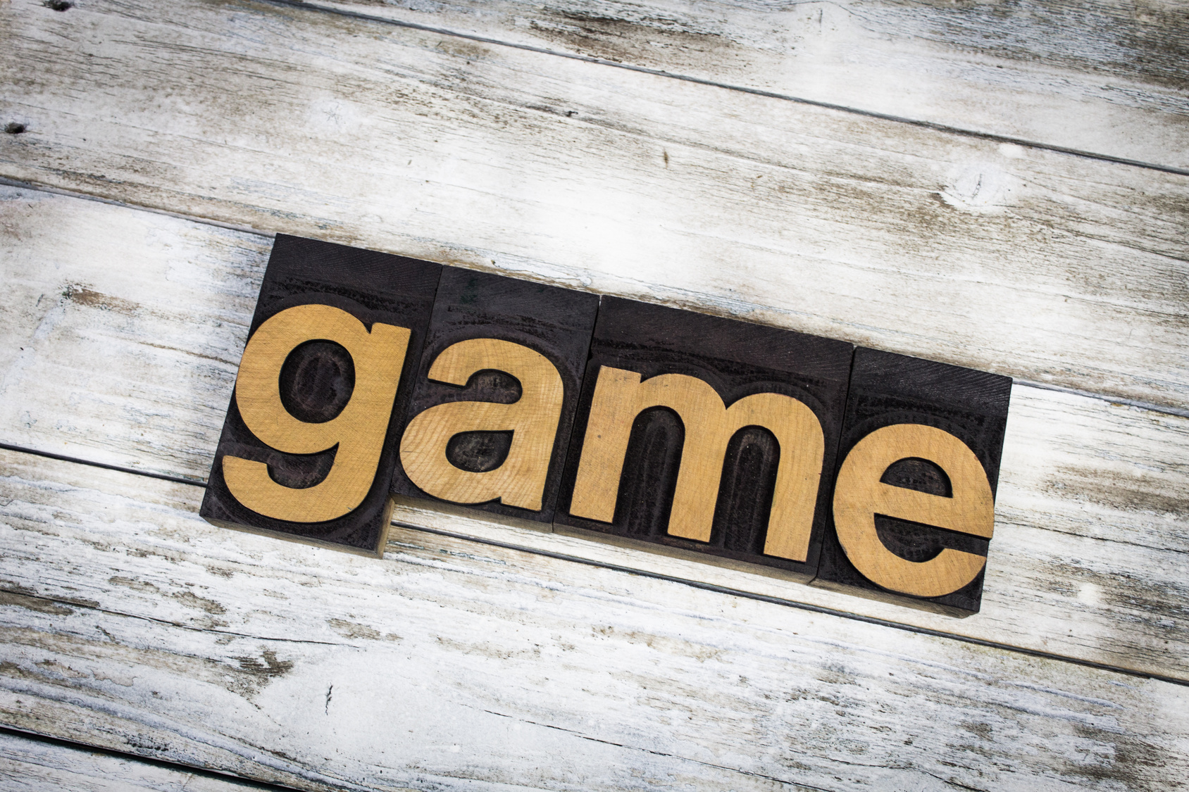 街コンレポート_木目の板の上にgameの文字板が置いてあります