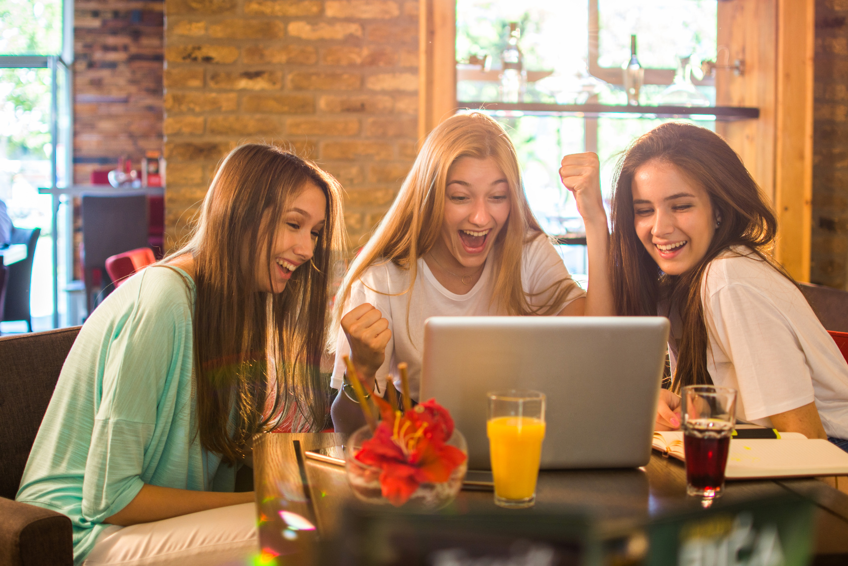 街コンレポート_3人の外国人女性がパソコンを見ながら盛り上がっています