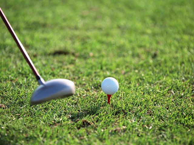 街コンレポート_芝の上でゴルフボールを打つ瞬間です