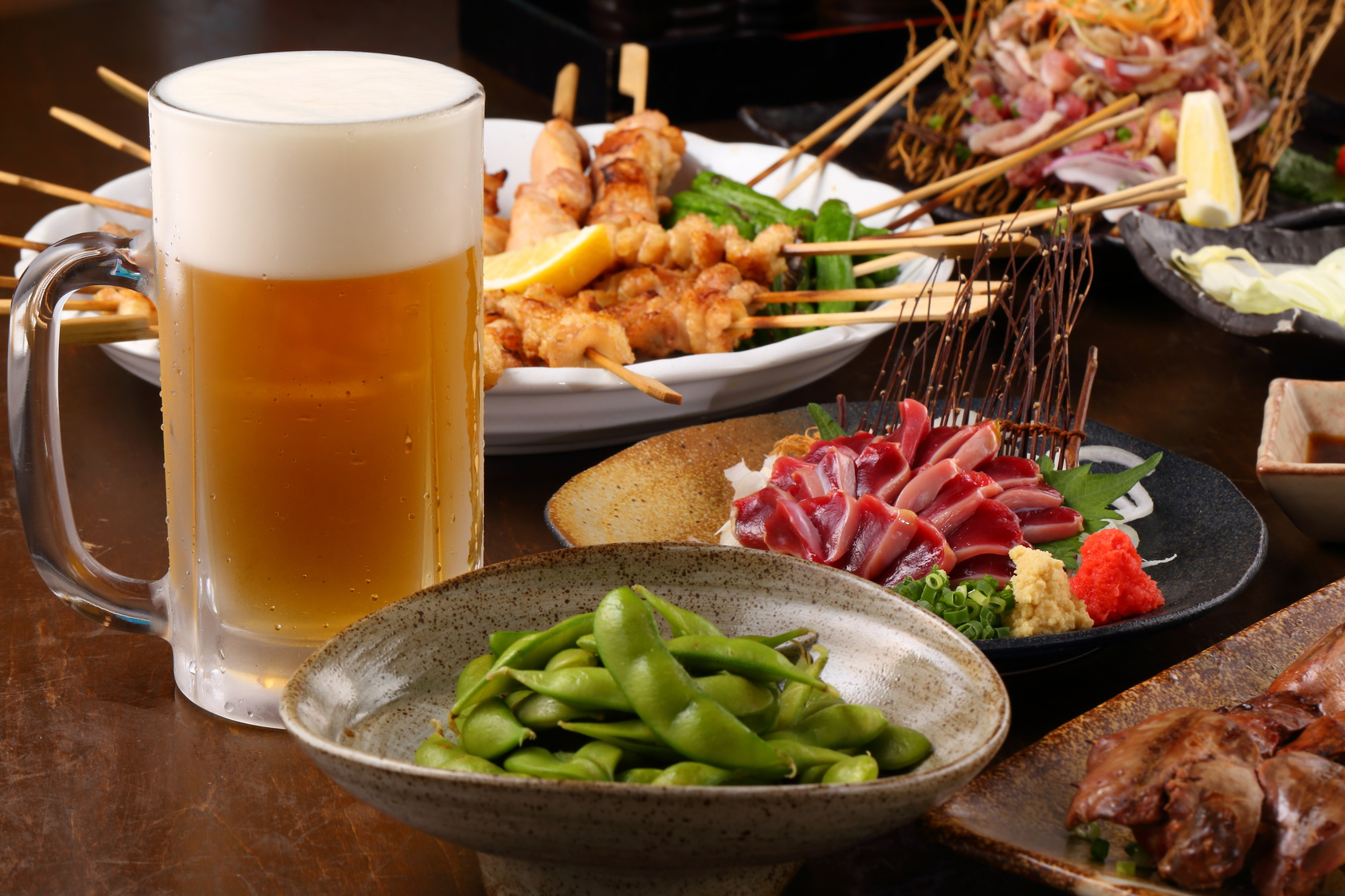 街コンレポート_ビールと枝豆、やきとりなどの料理があります