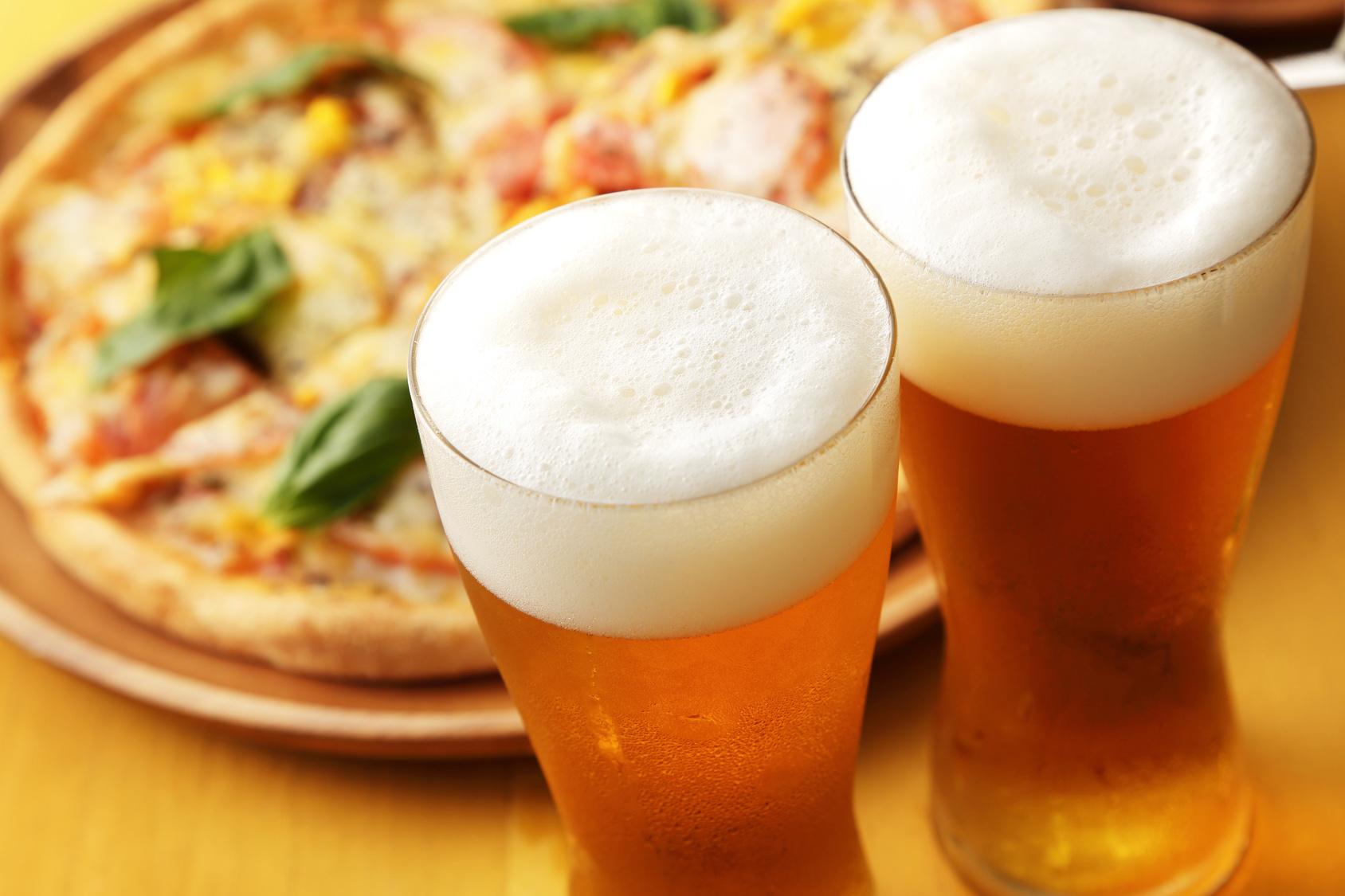 街コンレポート_ビールとピザがあります