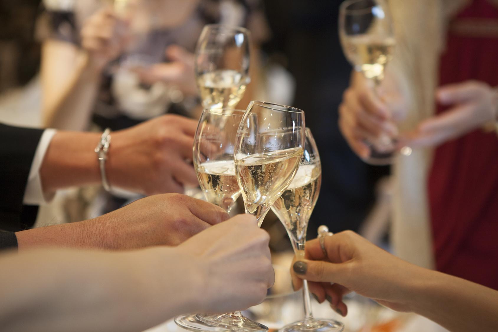 街コンレポート_シャンパンで乾杯しています