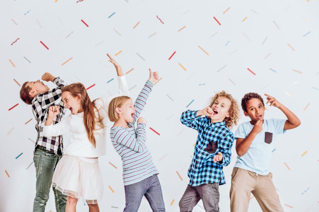 街コンレポート_男女の子供たちがカラオケのマネをしています