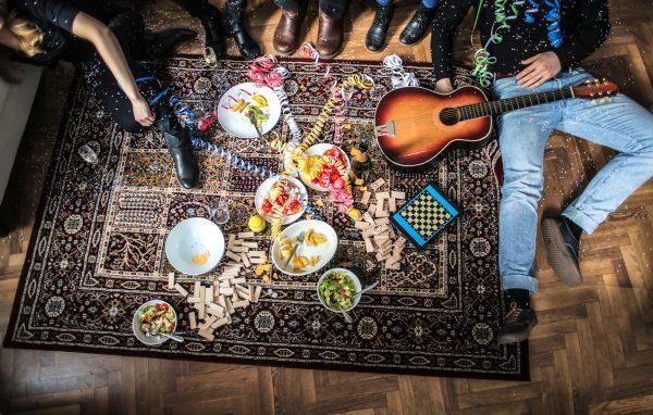 街コンレポート_サラダやジェンガ、ギターなど床に置いてあります