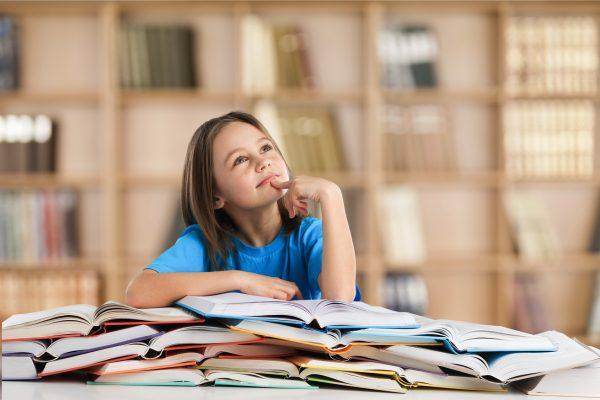 街コンレポート_女の子が沢山の本を開いて考えています