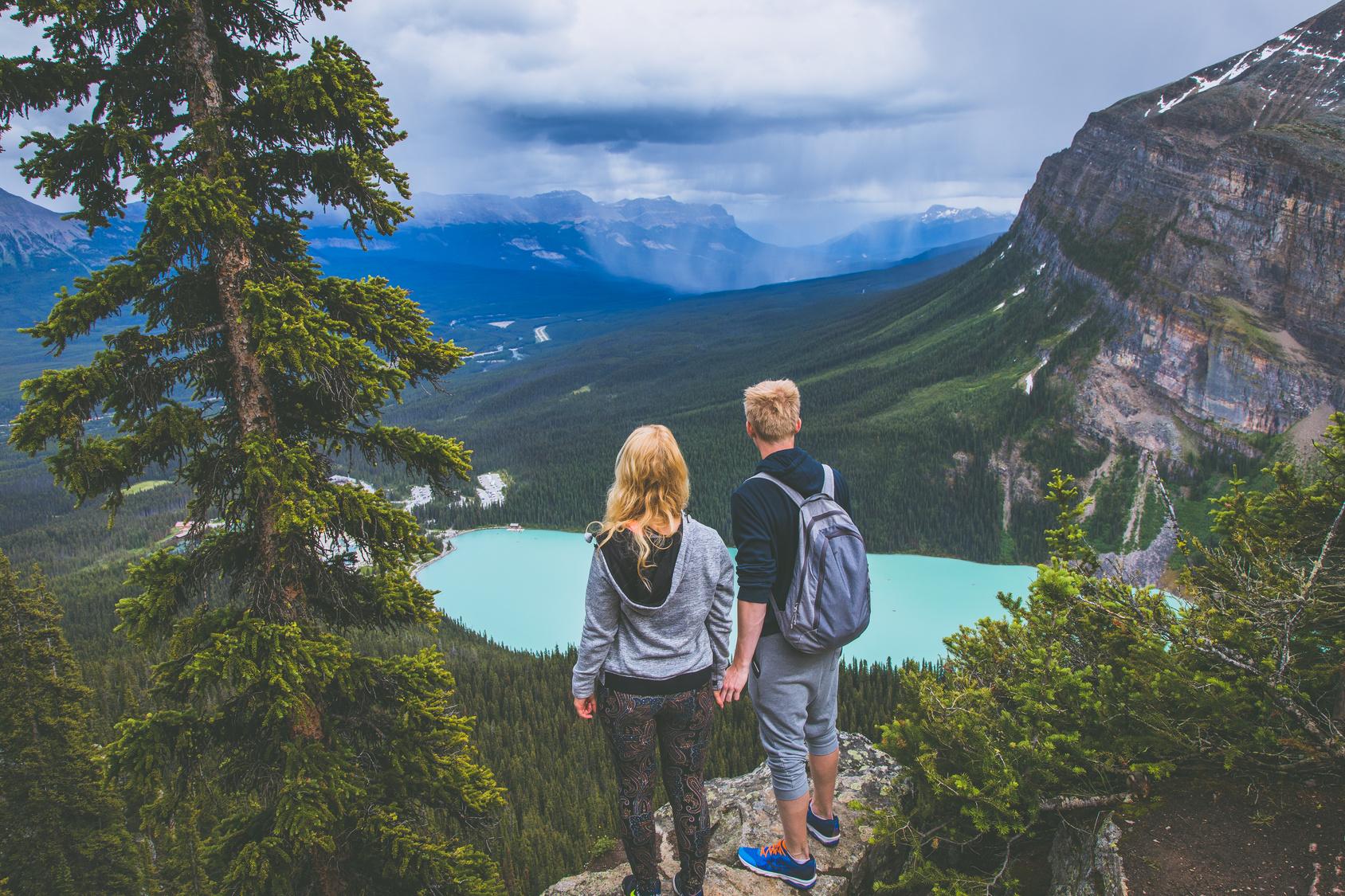 街コンレポート_男性と女性が山の上から景色を見ています