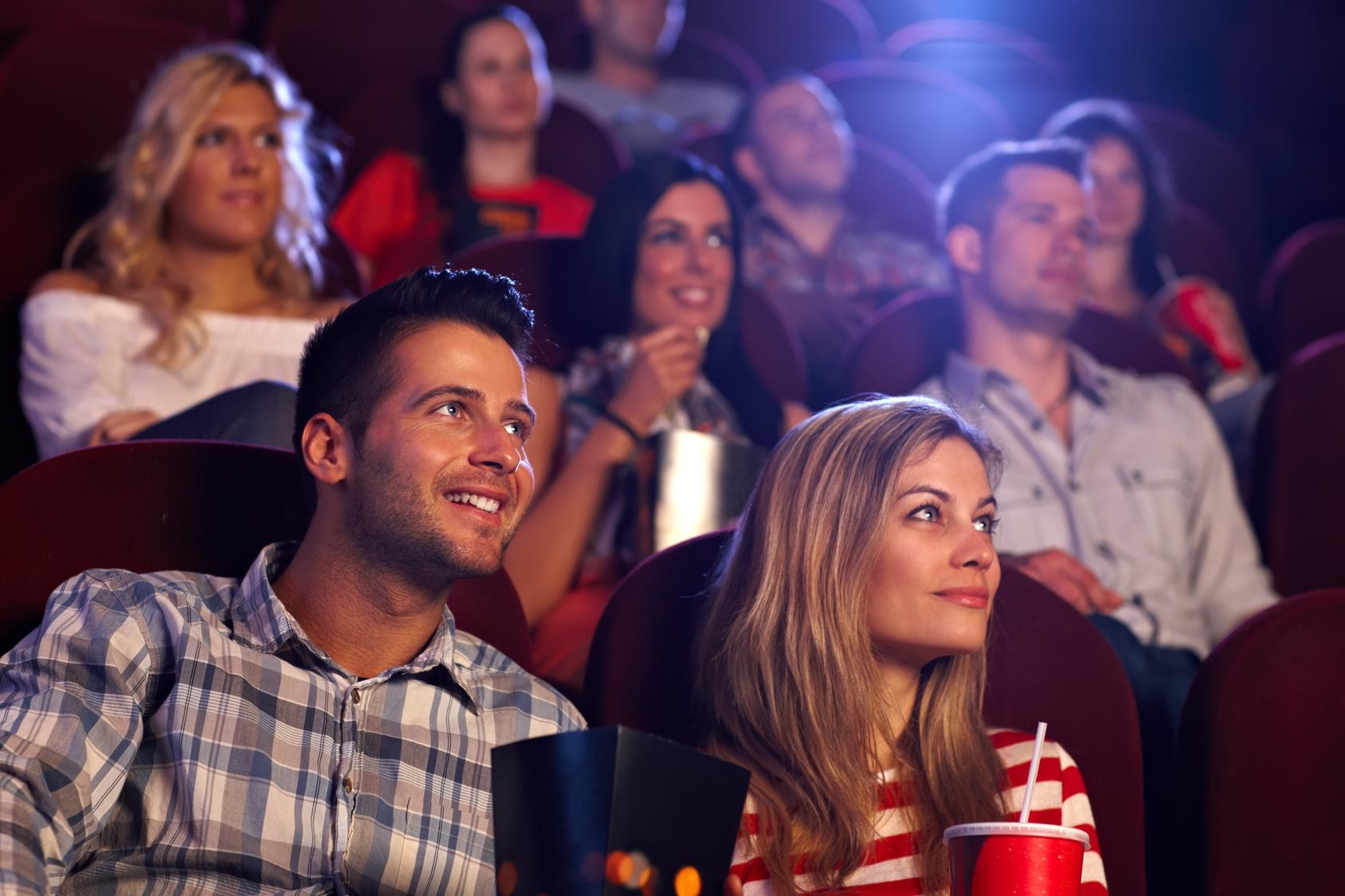 街コンレポート_映画館でカップルが映画鑑賞しています