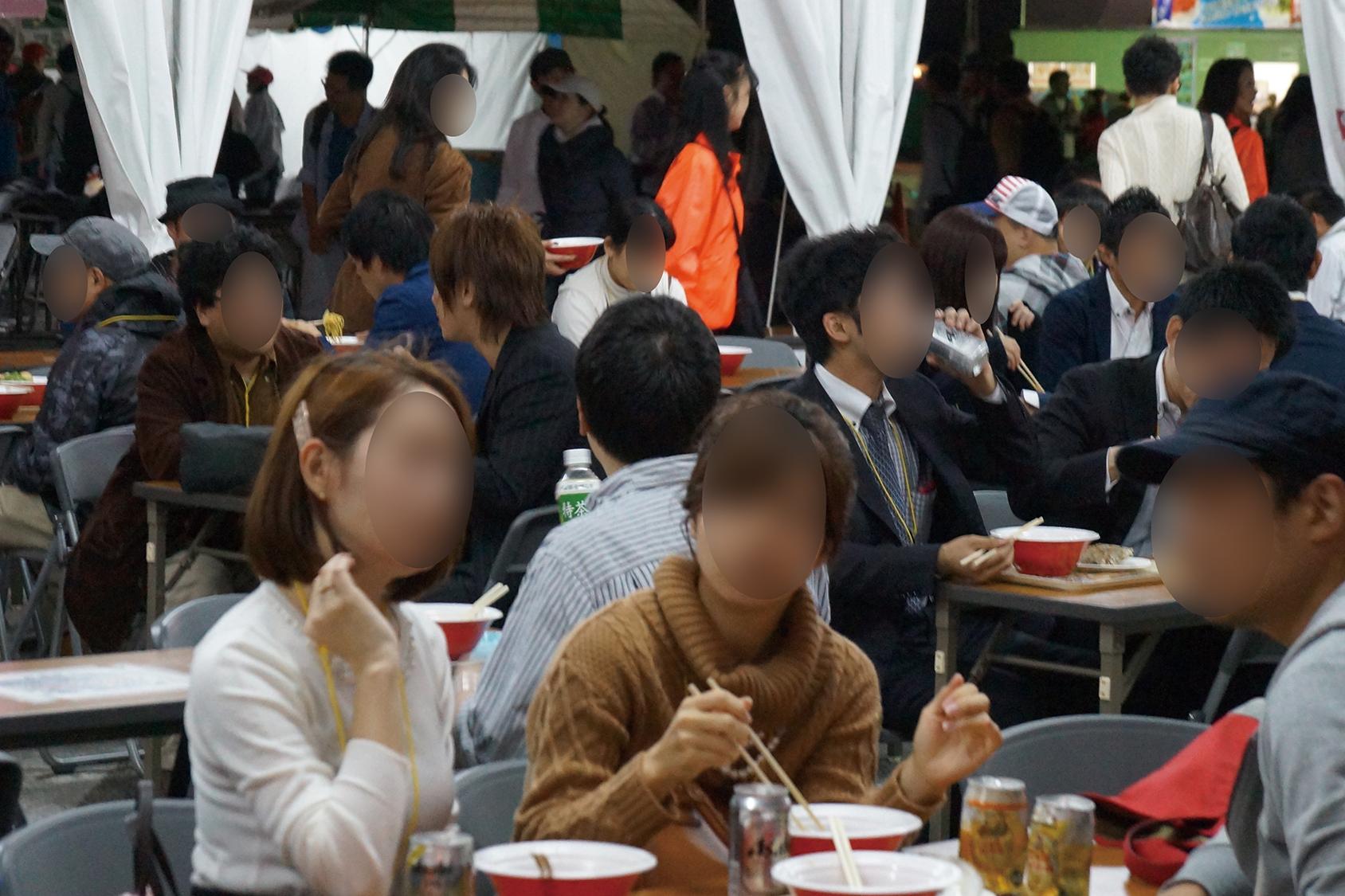 街コンレポート_ラーメンを食べながら男女がお話ししています
