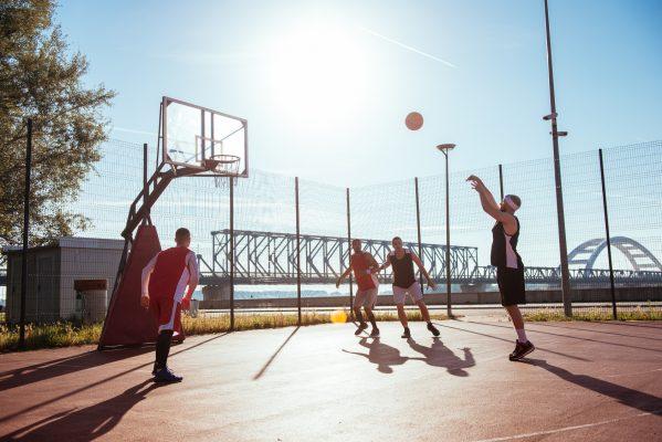 街コンレポート_青年たちがバスケを楽しんでいます