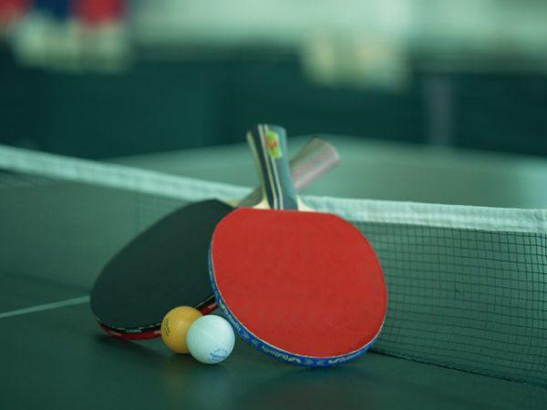 街コンレポート_卓球台の上にラケットがあります