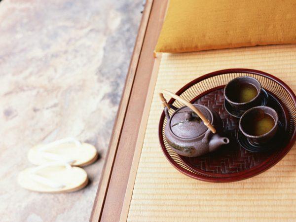 畳の上にお茶と急須があります