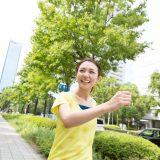 街コンレポート_女性が微笑みながらウォーキングをしています