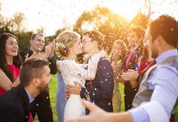 街コンレポート_屋外の結婚パーティーでみんなに祝福されています