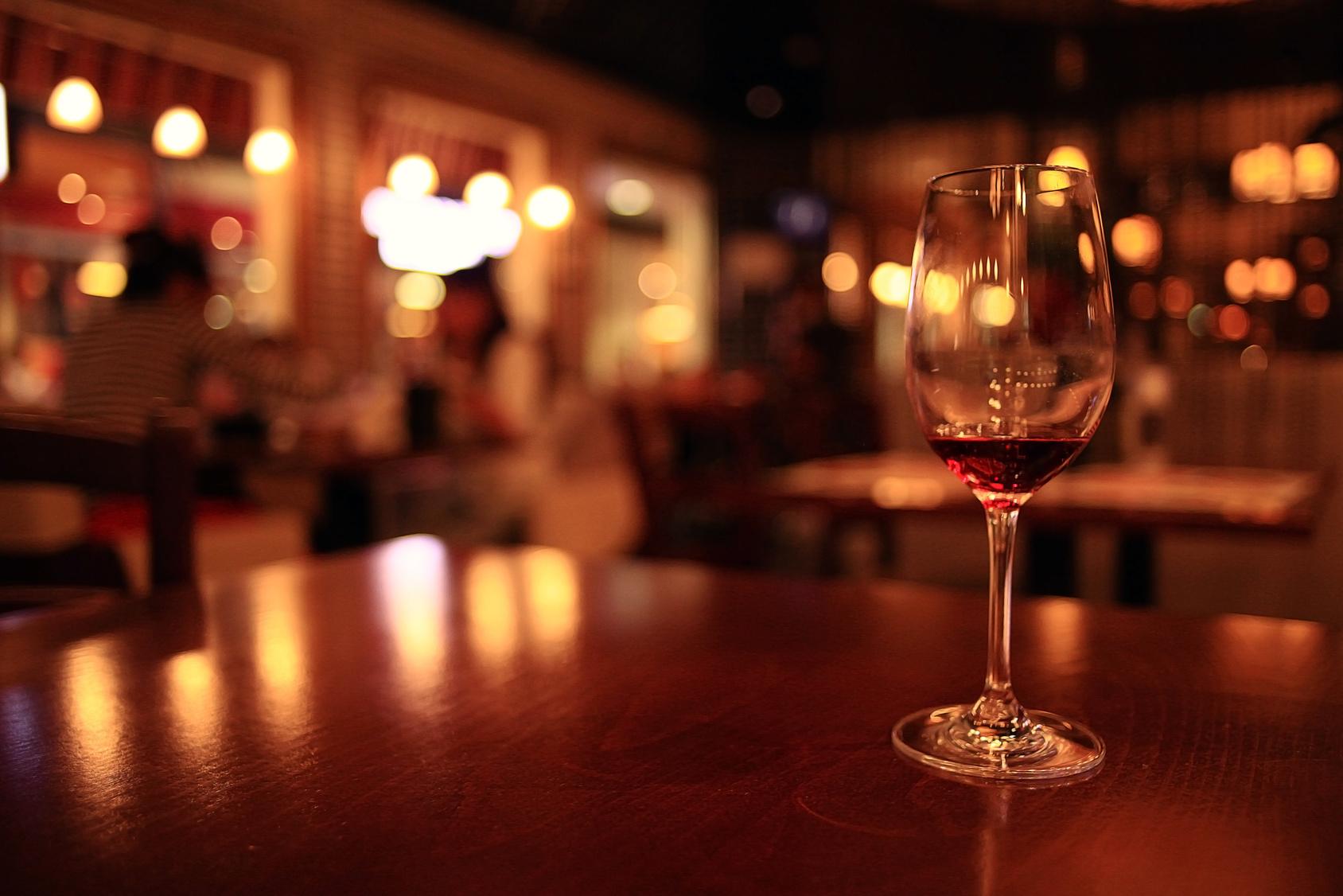 街コンレポート_お洒落なレストランにワイングラス