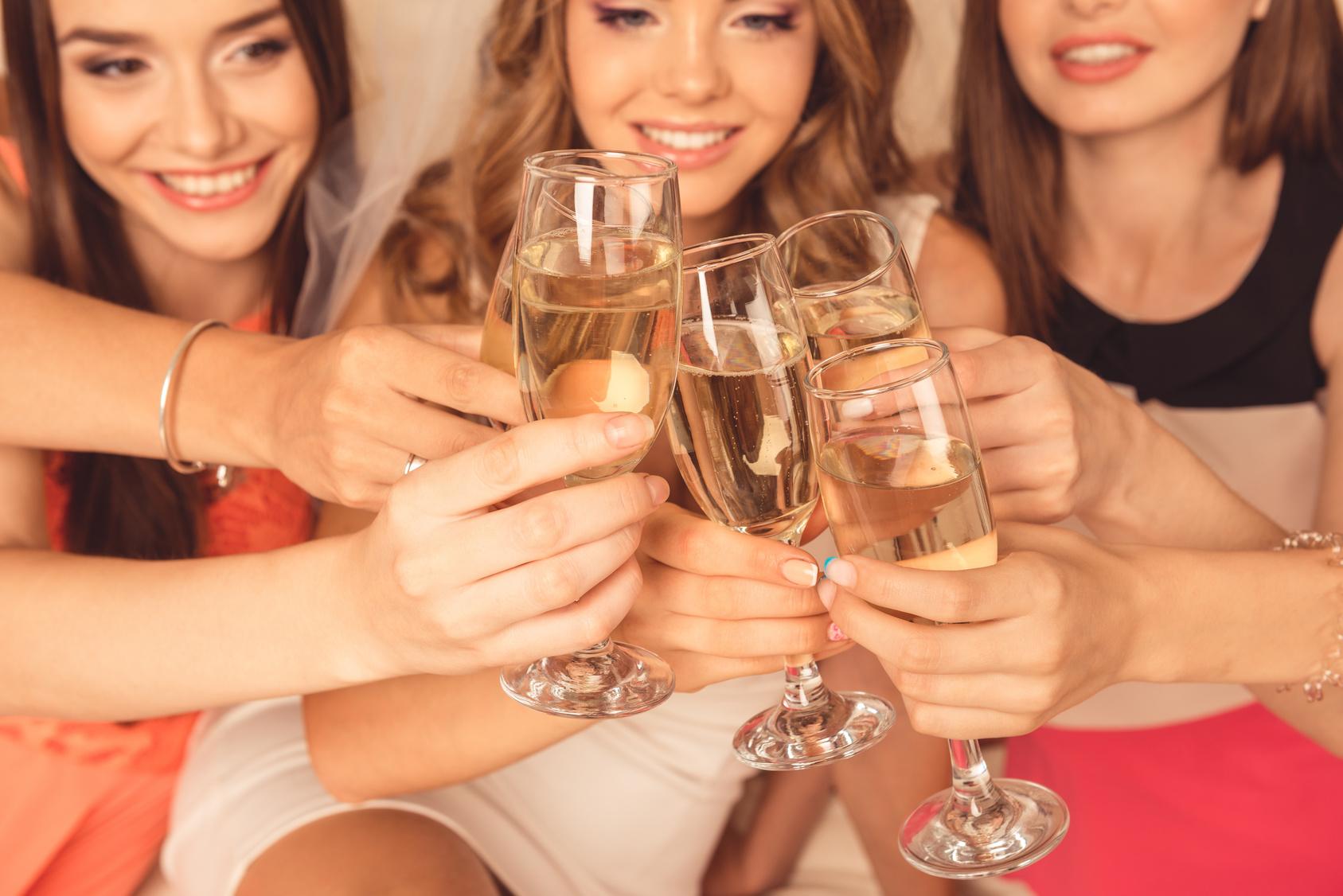 街コンレポート_外国人美女たちがワインで乾杯しています