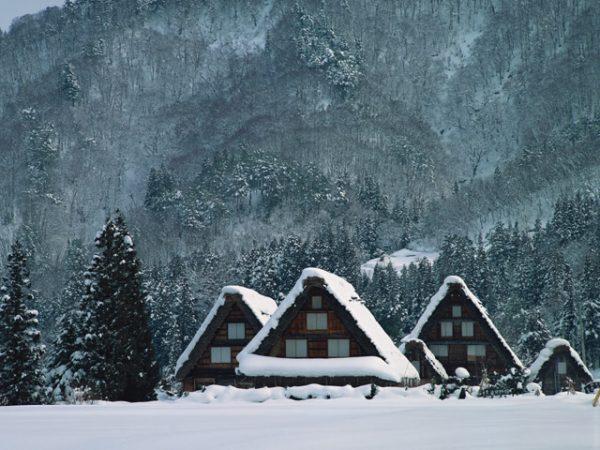 街コンレポート_合掌造りの屋根に雪が積もっている