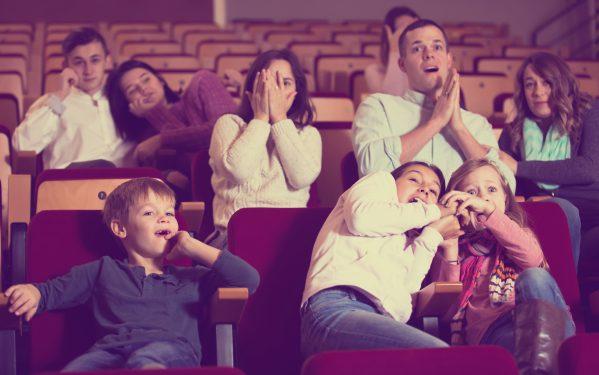 街コンレポート_夫婦や子ども、恋人が映画館で映画を観ています