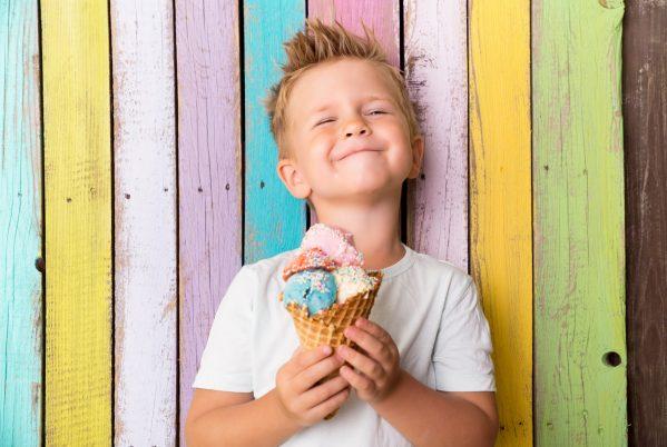 街コンレポート_男の子がアイスクリームを持っています