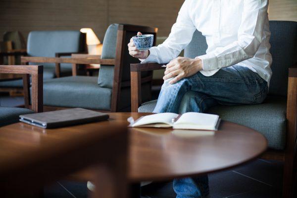 街コンレポート_男性がソファーに座って飲み物を飲んでいます