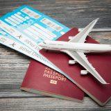 街コンレポート_飛行機のチケットとパスポートの上に飛行機の模型
