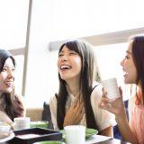 街コンレポート_3人の女性がご飯を食べながら笑っています