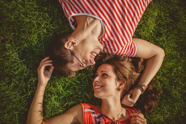 街コンレポート_芝生で寝転がり見つめ合っているカップル
