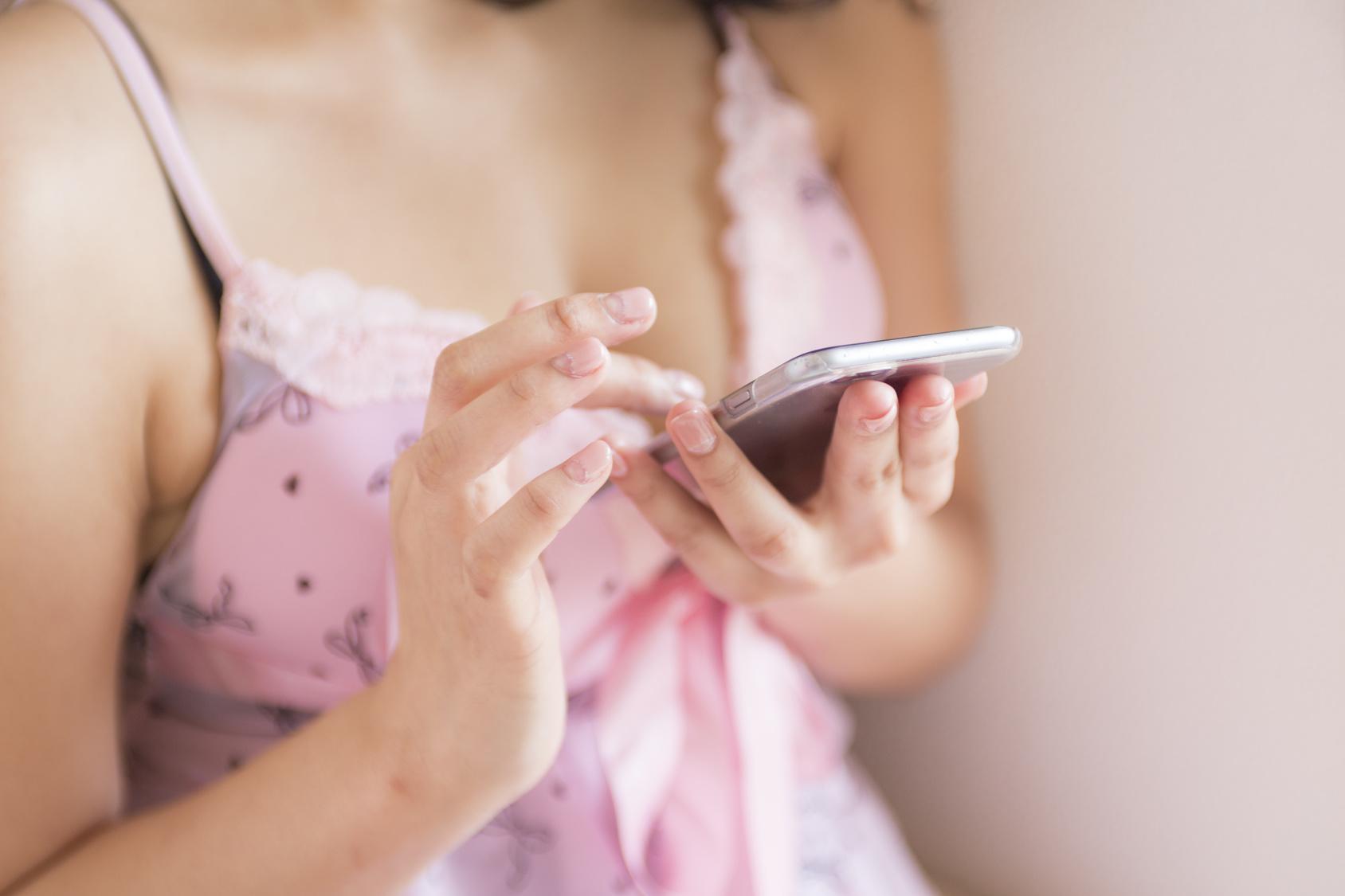 街コンレポート_携帯電話を操作している女性の手元