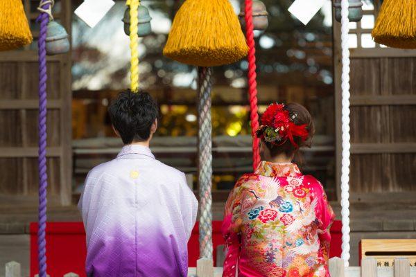 街コンレポート_神社でお参りしている結婚式のカップル