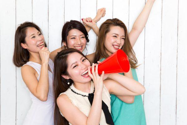 街コンレポート_若い女性4人がメガホンで応援しています