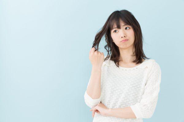 街コンレポート_髪をつかんで悩んでいる女性
