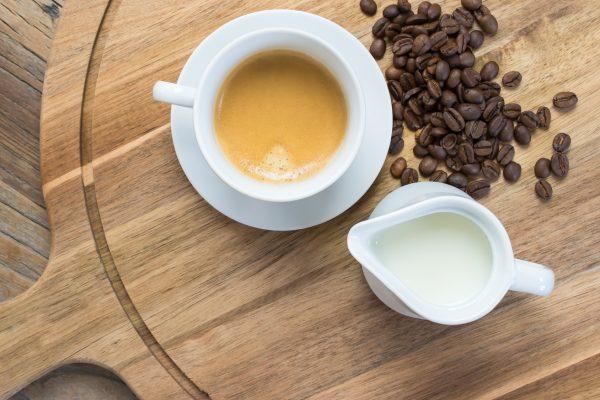 街コンレポート_ウッドプレートに乗ったコーヒーとミルク