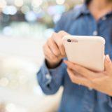 街コンレポート_女性が携帯電話を操作しています