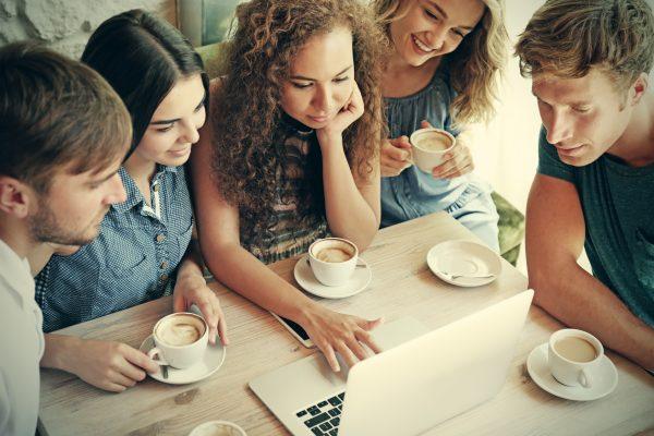 街コンレポート_男女がカフェでPCを見ています
