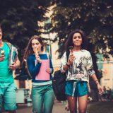 街コンレポート_男女三人が並んでアイスを食べながら歩いている