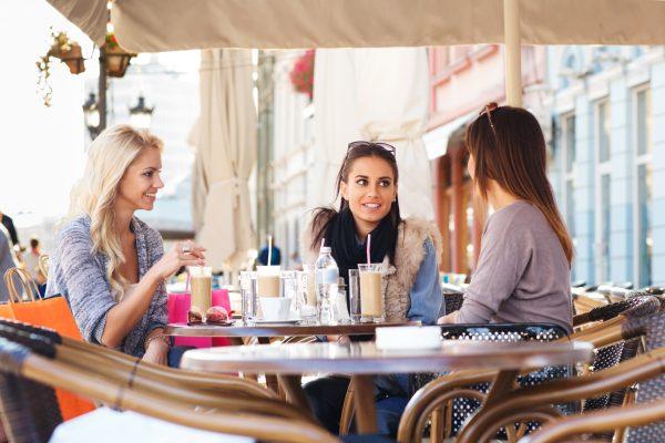 街コンレポート_女性3人がカフェで会話しています