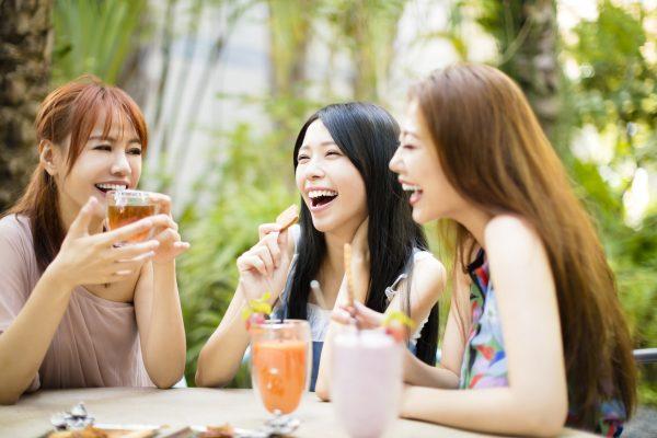 街コンレポート_お茶とお菓子を楽しんでいる女性3人組