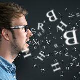 街コンレポート_話している男性の口からアルファベットが出ている