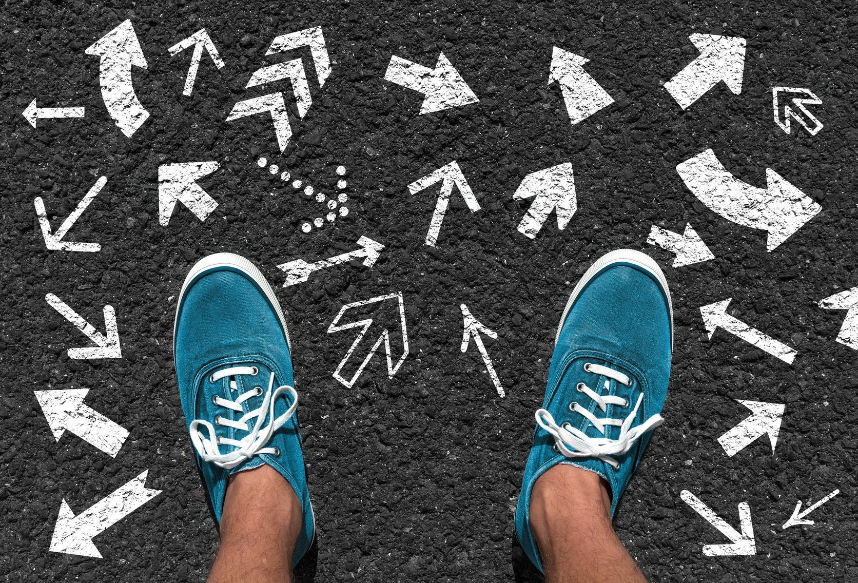 街コンレポート_男性の足とアスファルトに沢山の矢印が書かれている