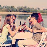 街コンレポート_男女がワインと食事を囲み会話を楽しんでいます