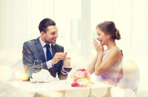 街コンレポート_男性が女性に婚約指輪を渡してプロポーズしている