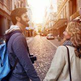 街コンレポート_手をつないで見つめ合い微笑んでいる外国人カップル